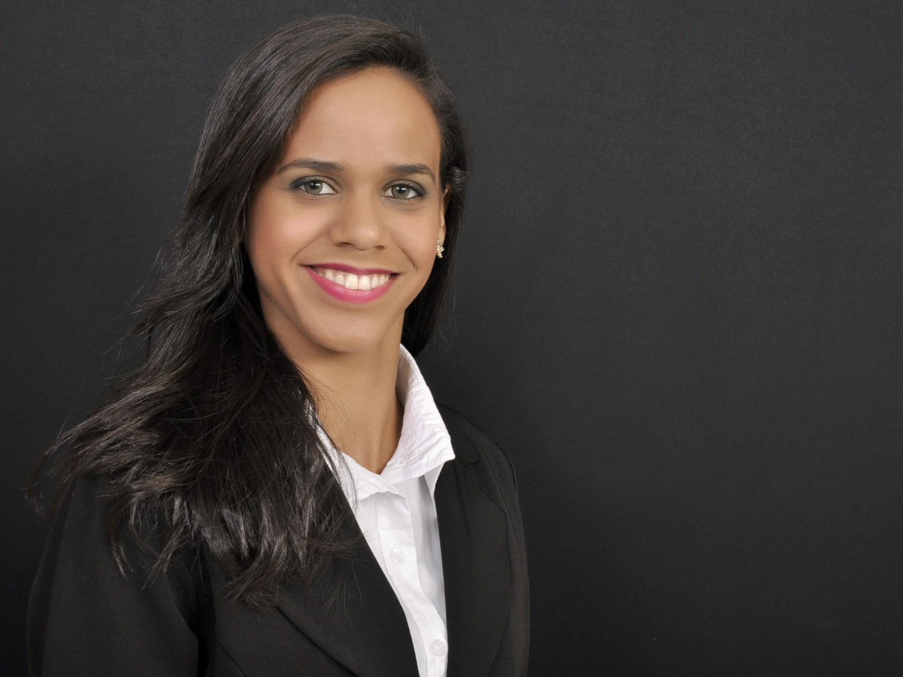 Camilla Bandeira trabalha desde 2007 na TV Grande Rio (Foto: Arquivo Pessoal)