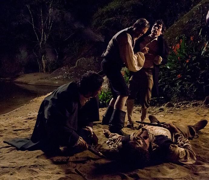 André atira em Simão e salva Rubião e Raposo (Foto: Ellen Soares/Gshow)