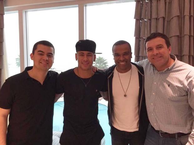 Neymar posa com o cantor Alexandre Pires e os empresários  Alcino Pasqualotto e Luiz Feitosa (Foto: Divulgação)