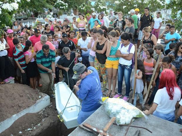 Enterro aconteceu em Igapó, na Zona Norte de Natal (Foto: Júnior Santos/Tribuna do Norte)