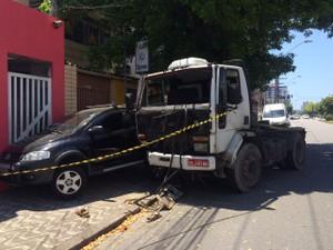 Carro de Amanda ficou prensado na parede (Foto: Solange Freitas/G1)