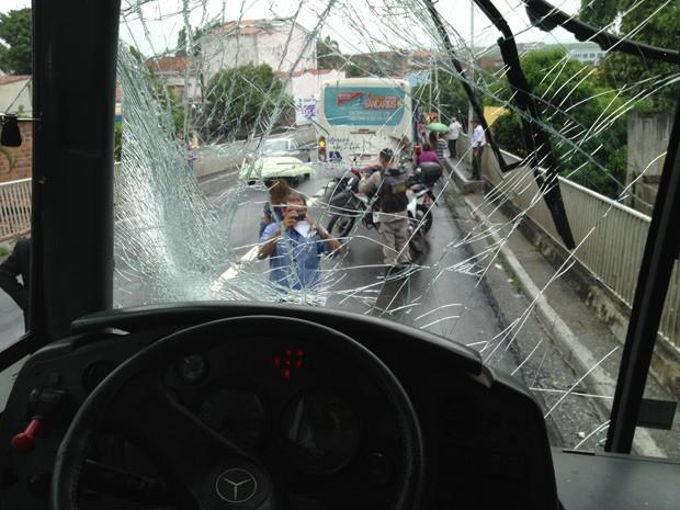 Com o primeiro acidente, ônibus não conseguiram parar a tempo e tiveram colisão traseira, deixando as pessoas feridas (Foto: Walter Paparazzo/G1)