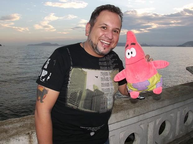 Dublador de Santos, SP, faz a voz do personagem Patrick (Foto: Ivair Vieira Jr/G1)
