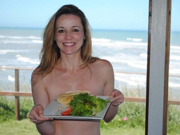 Carina Moreschi, uma das organizadoras da excursão, na Playa Escondida (Foto: Carina Moreschi/Arquivo pessoal)