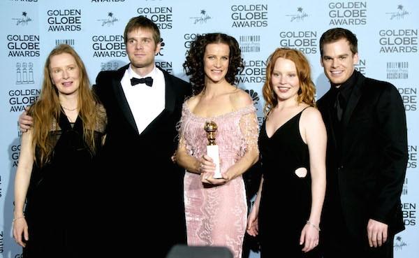 A atriz Rachel Griffiths com o elenco de Six Fett Under e com Globo de Ouro vencido em 2002 e roubado de sua casa (Foto: Getty Images)
