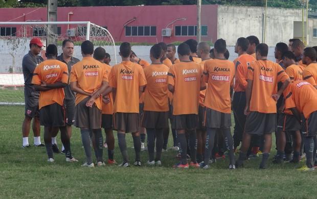 Márcio Goiano conversa com os jogadores (Foto: Denison Roma / Globoesporte.com)