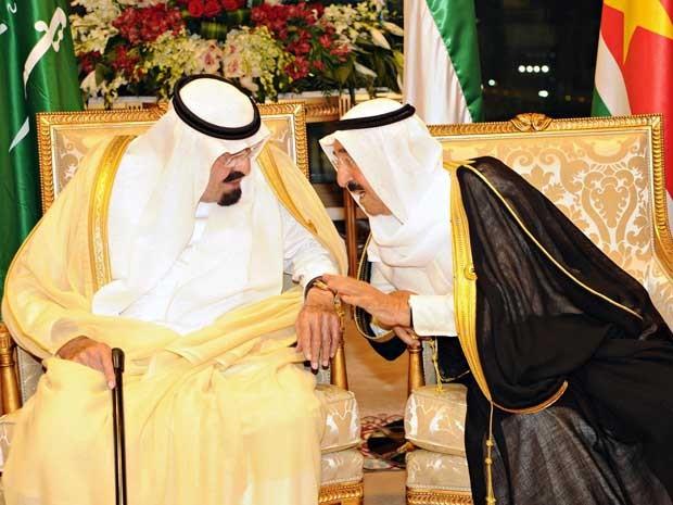 Rei Abdullah (esquerda), da Arábia Saudita, (L) e o Emir do Kuwait, xeque Sabah al-Ahmad al-Sabah, durante reunião da Organização da Conferência Islâmica (OCI) em Meca. (Foto: Arábia Agência Press / Reuters)