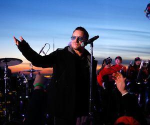 U2 canta 'Invisible' no topo de prédio em Nova York