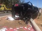 Motorista perde controle, capota e derruba poste em rodovia no DF