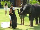 Kim Kardashian se assusta ao tentar 'selfie' com filhote de elefante
