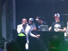 Nego do Borel com o grupo The funk DJ em festa no Rio (Foto: Léo Martinez/ EGO)