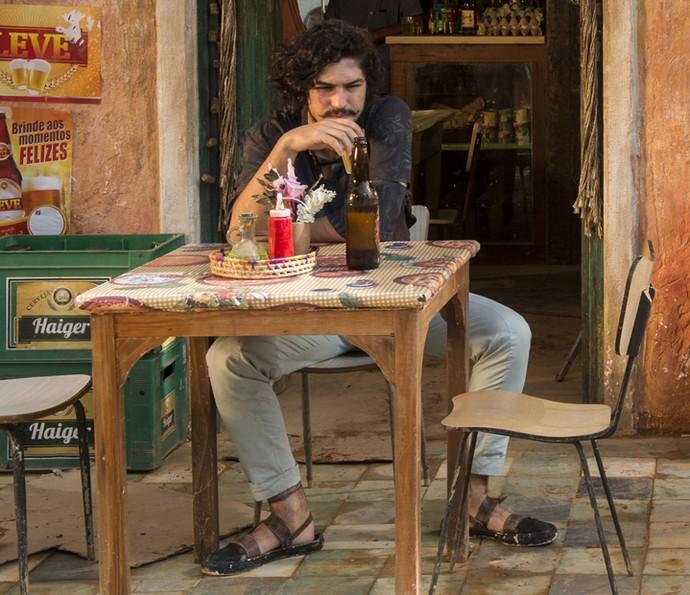 Miguel usa sapatos reciclados em 'Velho Chico' (Foto: Globo/Estevam Avellar)
