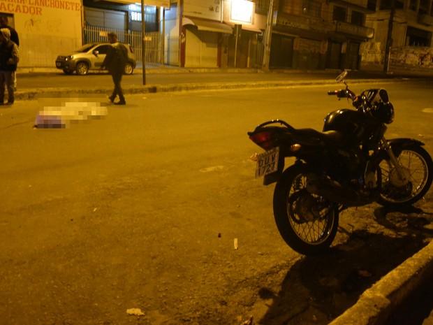 Segundo polícia, motocicleta teria derrapado na pista (Foto: Anderson Oliveira/ Blog do Anderson)