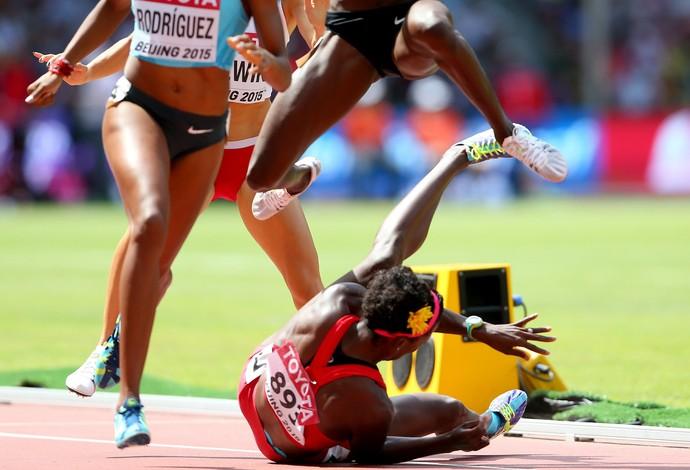 Atleta virou ''obstáculo'' na eliminatória dos 800m (Foto: Getty Images)