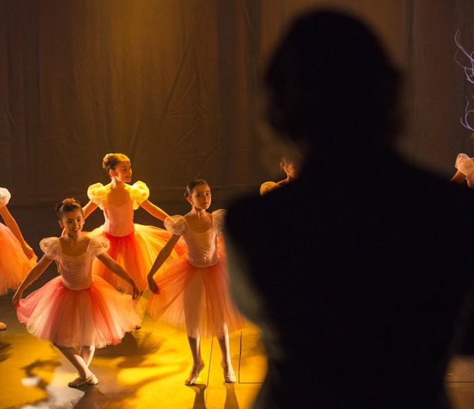 Gui observa a apresentação de balé de Chiara (Foto: Felipe Monteiro / Gshow)