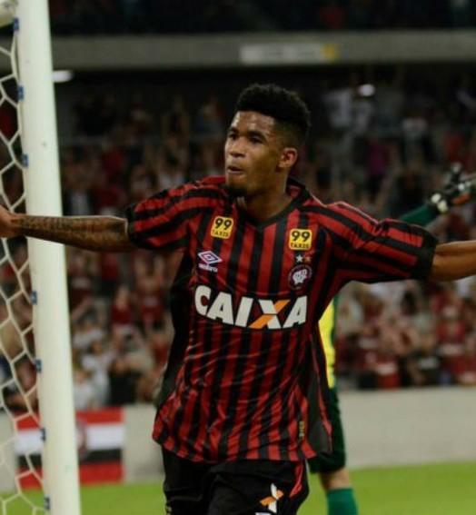 atrás da chance (Marco Oliveira/ Atlético-PR)