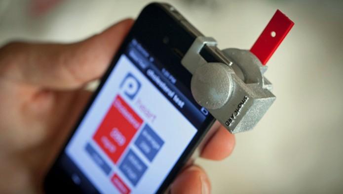 Acessório, em conjunto com aplicativo, transforma smartphones em medidores de colesterol no sangue (Foto: Reprodução/Mashable) (Foto: Acessório, em conjunto com aplicativo, transforma smartphones em medidores de colesterol no sangue (Foto: Reprodução/Mashable))