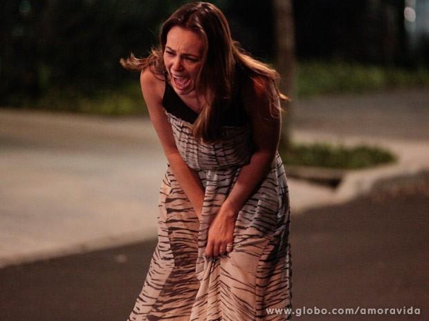 Paloma se desespera ao ver a filha indo embora (Foto: Amor à Vida / TV Globo)