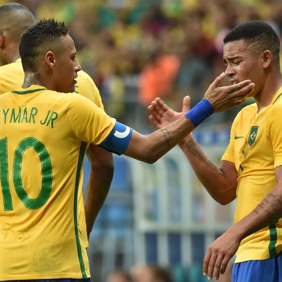 Neymar e Gabriel Jesus, depois do segundo gol do Brasil contra a Dinamarca (Foto: NELSON ALMEIDA / AFP)