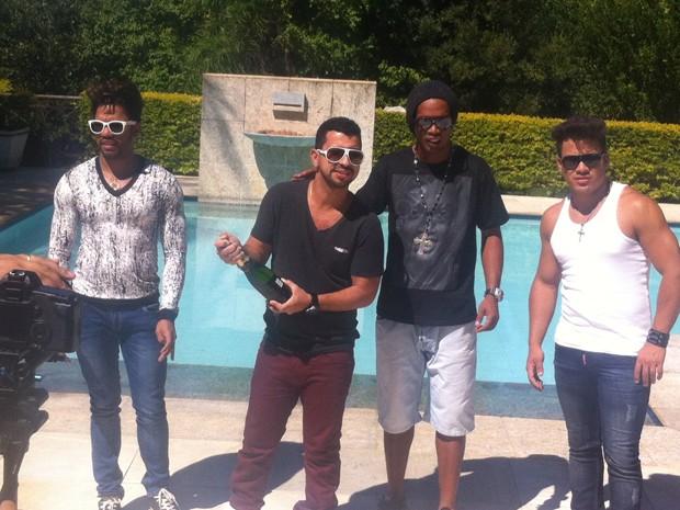 João Lucas e Marcelo com Ronaldinho Gaúcho e Dennis DJ gravam o clipe de 'Joga o copo pro alto' (Foto: Divulgação)