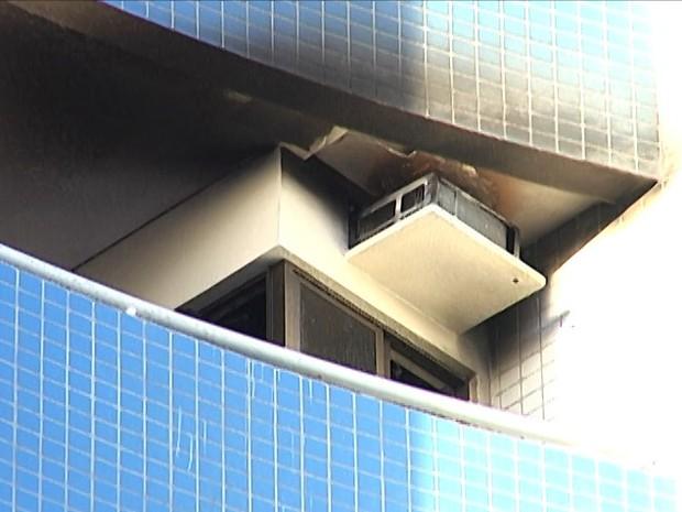 Parte do apartamento foi atingida pelo incêndio (Foto: Reprodução/TV Mirante)
