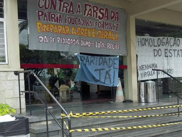 Reitoria da UFPE amanheceu com faixas penduradas pelos alunos (Foto: Reprodução / TV Globo)