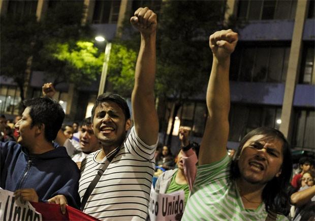 "O protesto desta quinta (26) inclui estudantes, participantes do movimento ""Yo Soy 132"" e trabalhadores (Foto: Reuters)"