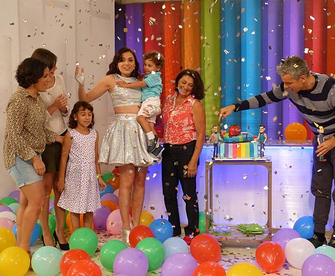 Quando a família apareceu, Monica Iozzi levou um susto ao vivo (Foto: Cristina Cople / Gshow)
