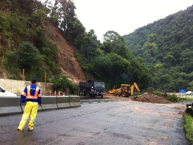 Quilômetro 308 da BR-377,  na região da Serra da Esperança, ficou interditado. (Foto: Gilmar Correa/RPC TV)
