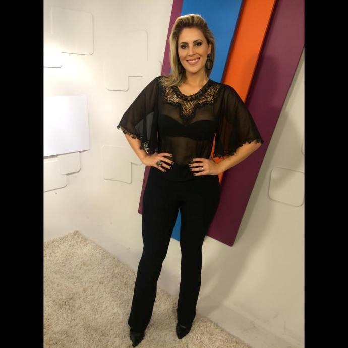 Look da Jessica: apresentadora aposta em look 'total black'  (Foto: Reprodução / TV Diário)