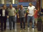 Adriano almoça com os amigos em shopping no Rio