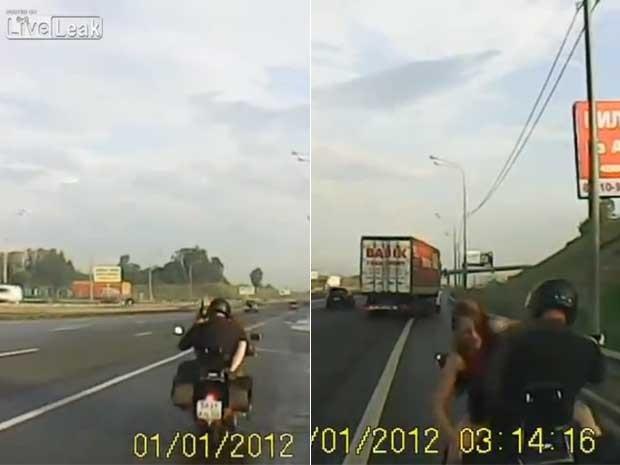 Um casal foi flagrado mantendo relações sexuais em cima de uma motocicleta em movimento. Um vídeo gravado por um veículo que seguia a moto mostra um homem pilotando enquanto uma mulher, de frente para ele, se move.  (Foto: Reprodução)
