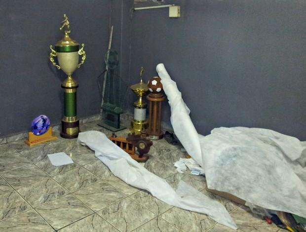 Troféus no canto de uma sala do Estádio Engenheiro Araripe (Foto: Eduardo Dias/Globoesporte.com)