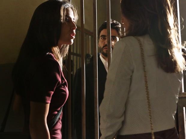 Cora defende José Pedro na cadeia (Foto: Fábio Rocha/ Gshow)