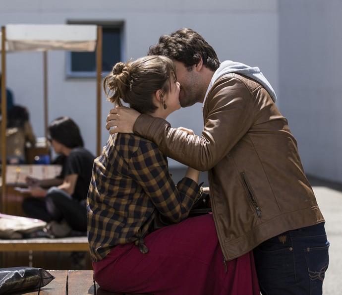 Isabela e Tiago se beijam (Foto: Inácio Moraes/Gshow)