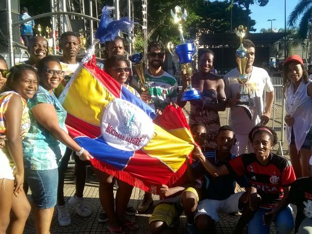 Integrantes das escolas mirins de Juiz de Fora com os troféus (Foto: Roberta Oliveira/G1)