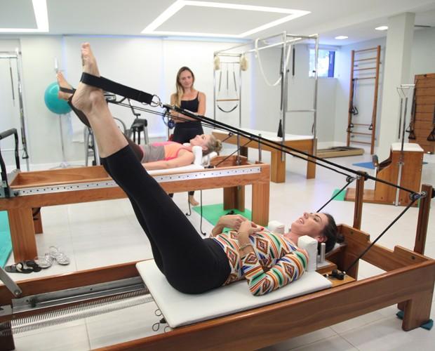 Glenda e Angélica praticam pilates juntas (Foto: TV Globo/Carol Caminha)