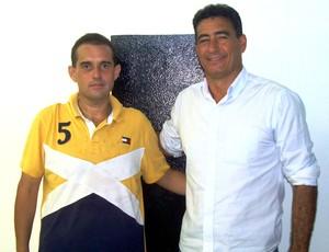 Junior Moraes, da Inter de Limeira, apresenta o técnico PC Catanoce (Foto: Assessoria de Imprensa Inter de Limeira)