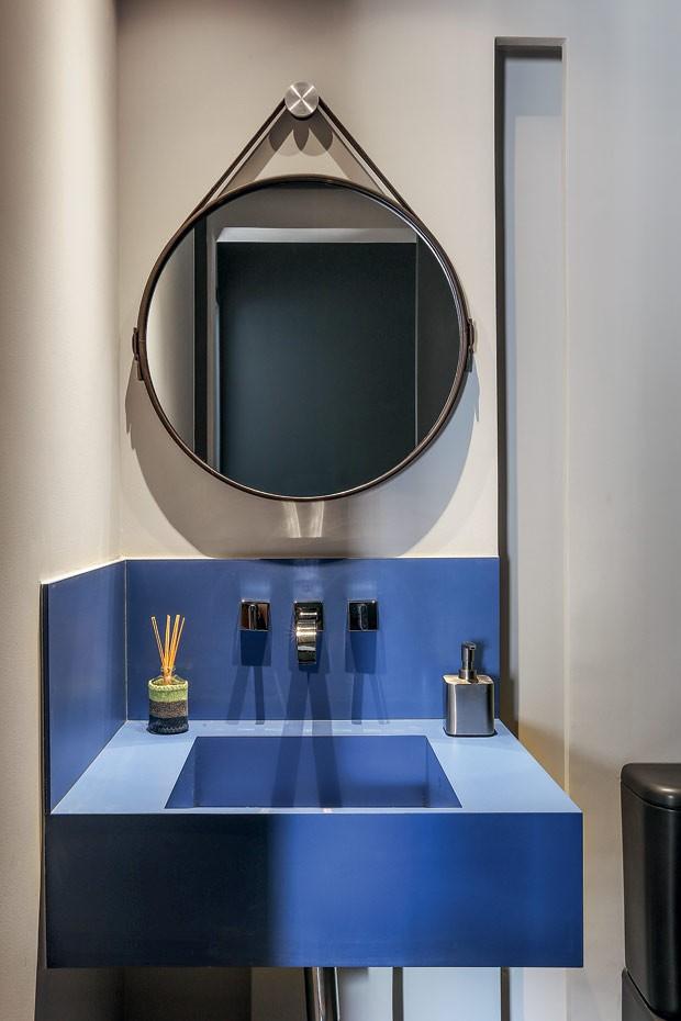 Lavabo | Tembancada de Cobalto Neolith e espelho redondo da Estar Móveis (Foto: Mariana Orsi/Editora Globo)