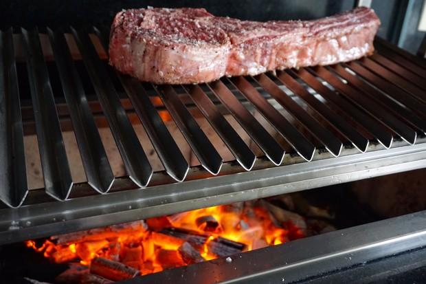 Selando a carne a 15cm da brasa (Foto: André Lima de Luca)