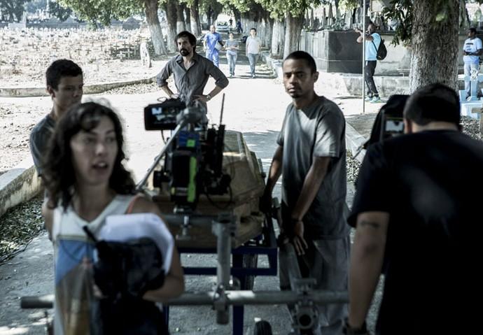 Equipe concentrada para rodar cenas no cemitério (Foto: Ellen Soares/Gshow)