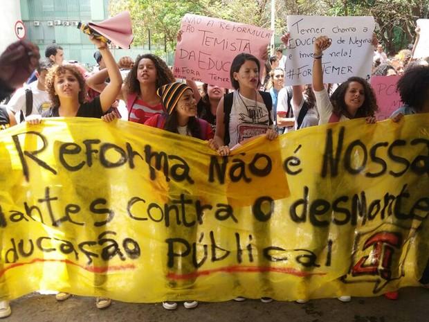 Estudantes durante manifestação nesta sexta-feira (7) na Esplanada dos Ministérios, em Brasília, contra a reforma do ensino médio (Foto: Bárbara Nascimento/G1)