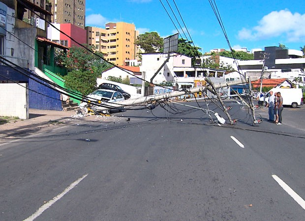 Veículo bate em dois postes e motorista fica ferido em Salvador (Foto: Imagem/ TV Bahia)