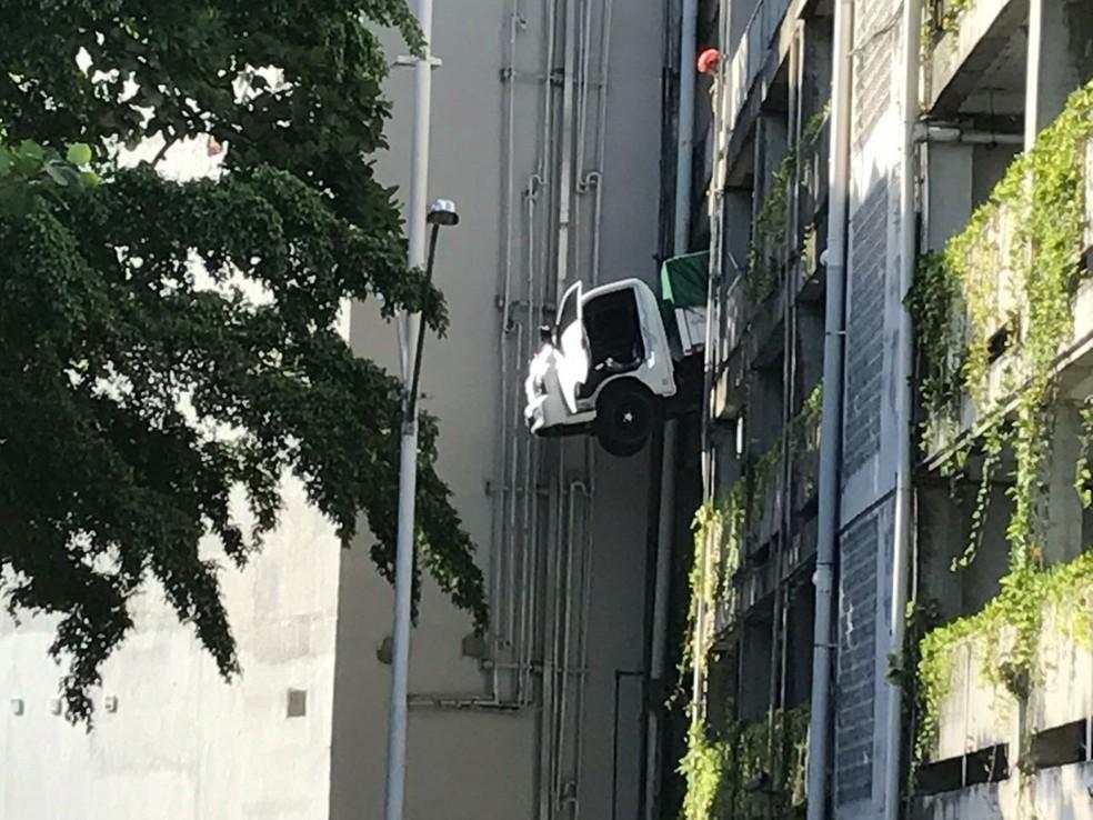 Acidente com veículo em edifício estacionamento de shopping em João Pessoa (Foto: Walter Paparazzo/G1)