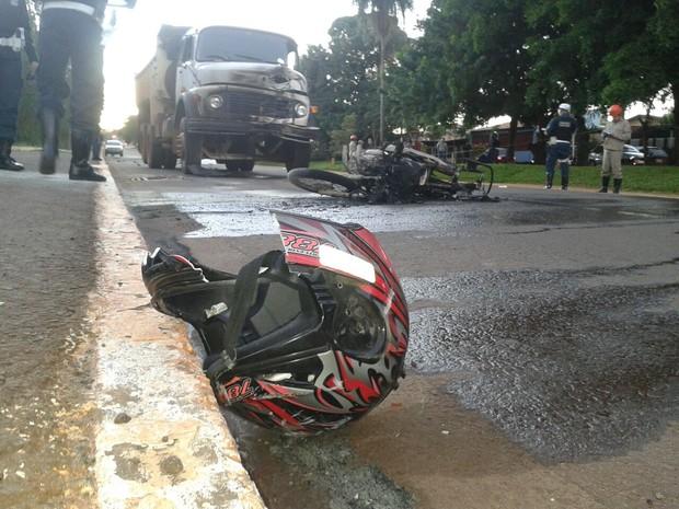 Mulher conduzia motocicleta e morreu no local da colisão com caminhão (Foto: José Aparecido/ TV Morena)