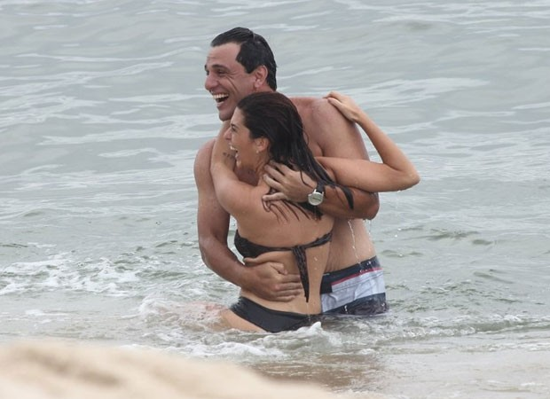 Rodrigo Lombardi segura Fernanda Paes Leme no mar (Foto: AgNews)
