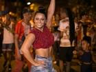 Viviane Araújo deixa barriga de fora em ensaio de rua do Salgueiro
