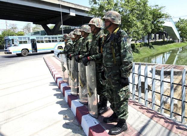 Lei Marcial, que impede manifestações pró e contra o governo, foi declarada no país há poucos dias. Nesta quinta, militares anunciaram Golpe de Estado (Foto: Wason Wanichakorn/AP)