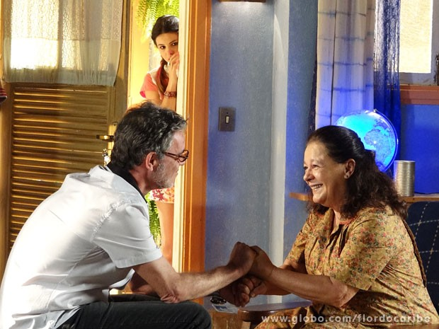 Amaralina escuta conversa entre Duque e Olívia e descobre a verdade (Foto: Flor do Caribe / TV Globo)