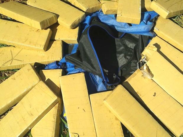 Mala com 20 quilos de maconha patos de minas (Foto: Polícia Militar/divulgação)